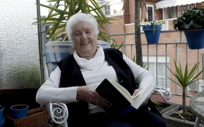 Una mujer mayor lee un libro