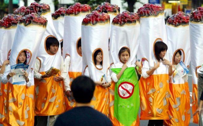 Varios niños disfrazados de cigarrillos
