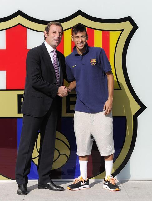 Rosell saluda a Neymar, el día de su presentación.