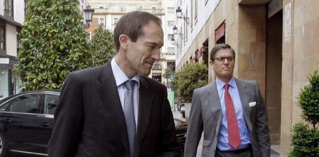 El presidente de Liberbank, Manuel Menéndez (i), junto al consejero...