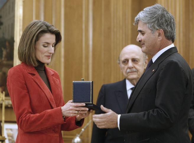 El duque de Parcent observa cómo Fernando Ramírez de Haro entrega a...