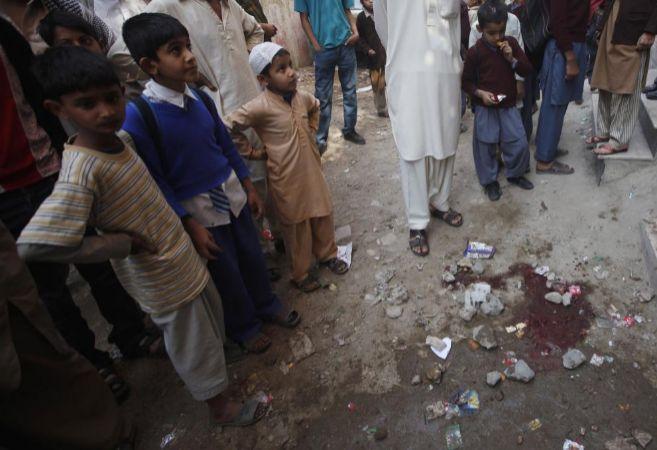 Niños en el lugar del asesinato de los dos trabajadores de...