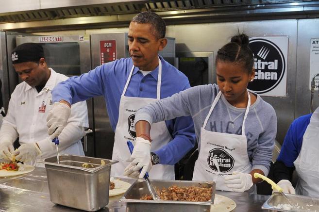 Barack Obama en una clase de cocina junto a su hija Sasha.