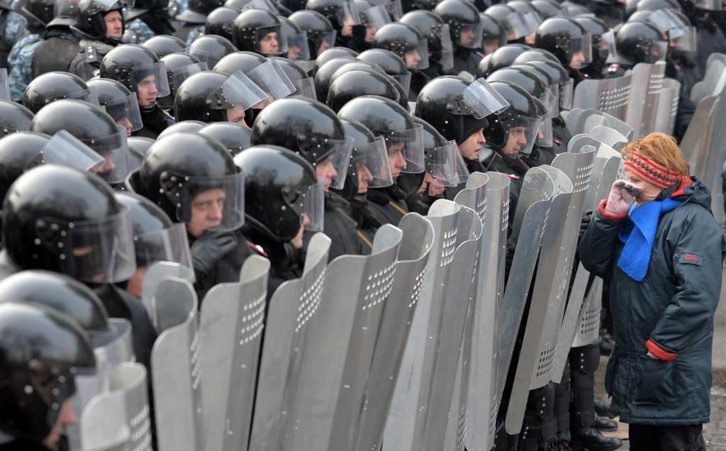 Una manifestante planta cara a los policías desplegados en Kiev.
