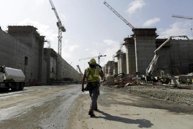 Un operario de la construcción del Canal de Panamá, camina por el...