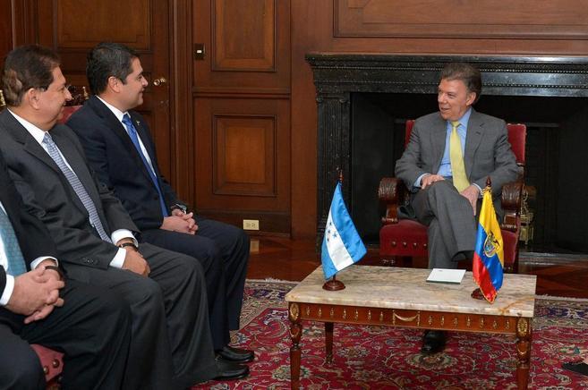 Santos durante un encuentro con el presidente de Honduras, Juan...
