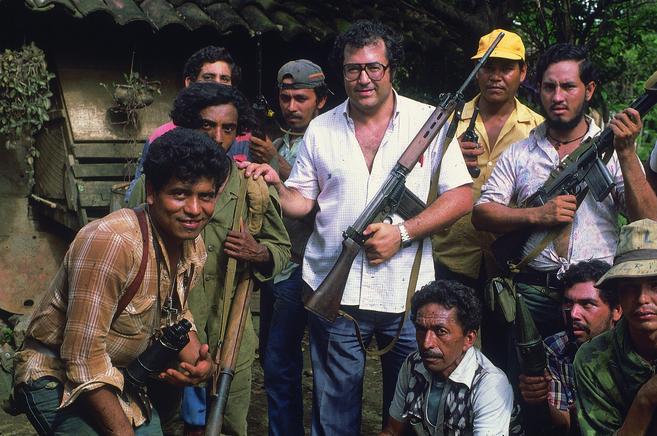 Manu Leguineche con guerreros revolucionarios en Nicaragua.