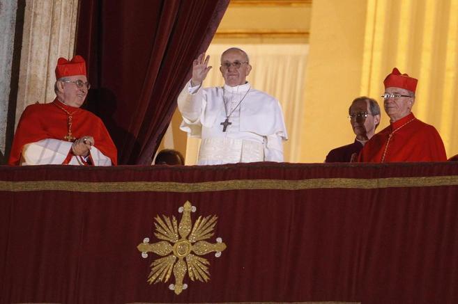 El Papa Francisco dirigiéndose a sus fieles reunidos en la Plaza de...