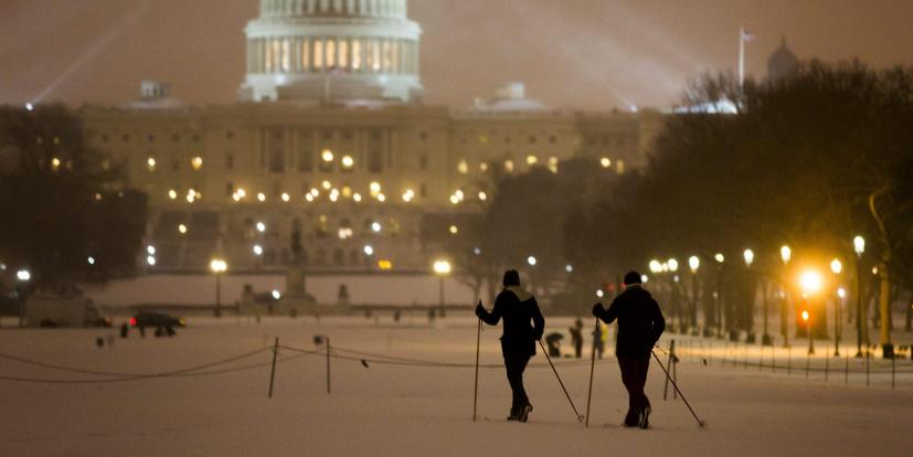Personas durante una nevada en el National Mall Washington D.C., EEUU.