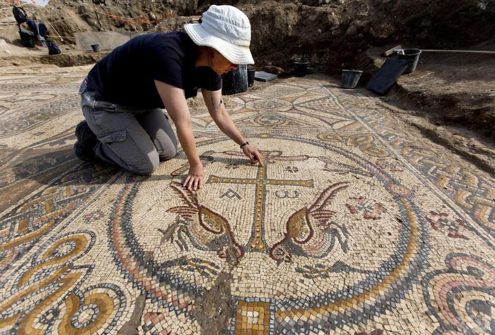 La arqueóloga Davida Eisenberg-Degen sobre el mosaico de la iglesia...