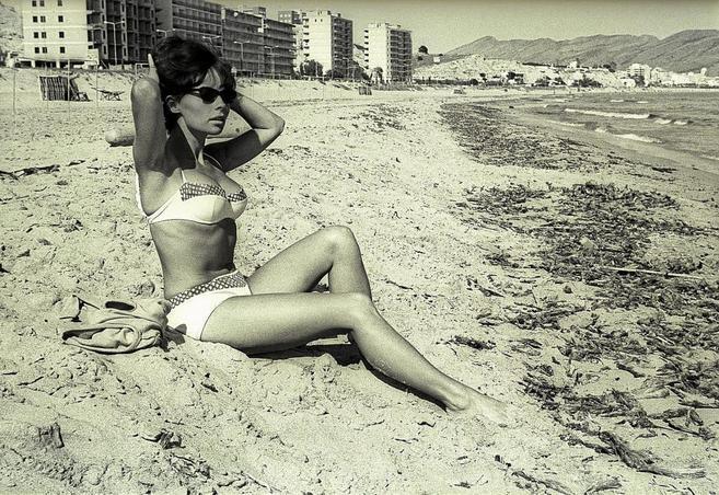 Imagen de una turista en bikini en una playa de Benidorm, incluida en...
