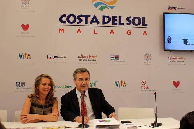 La concejal de Turismo y el alcalde de Estepona en la presentación de...