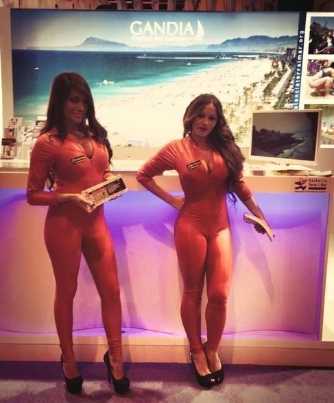 Las controvertidas azafatas de una discoteca de Gandia en Fitur.
