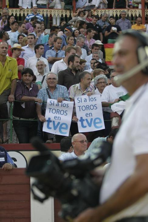 Pancartas a favor de los toros en TVE durante un festejo emitido por...