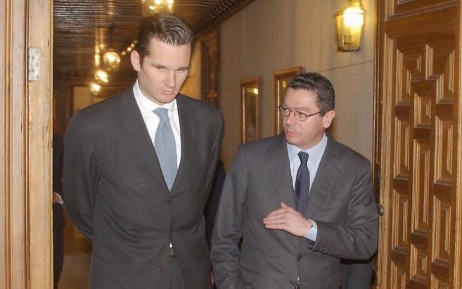 Alberto Ruiz-Gallardón (d) e Iñaki Urdangarin (i) atraviesan una...