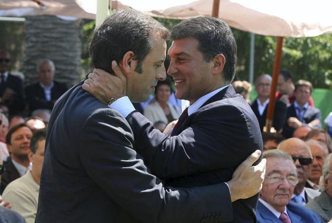 Rosell y Laporta, en el momento del relevo presidencial en 2010.