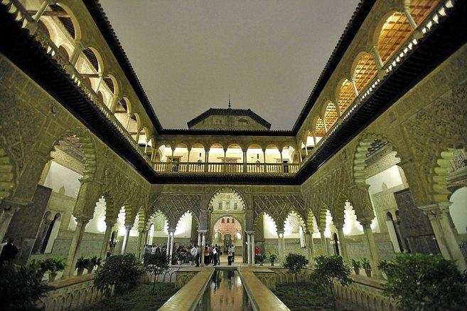 Una visita nocturna al Patio de las Doncellas del Alcázar de Sevilla.
