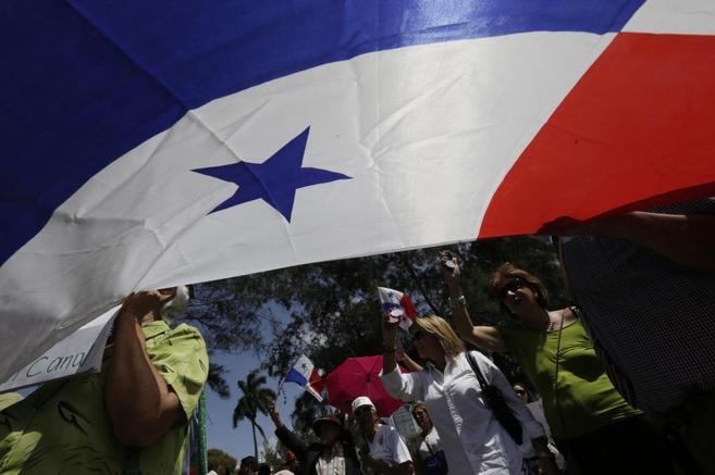 Protesta contra la decisión de Sacyr en la embajada española en...