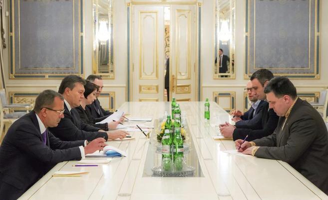 Viktor Yanukovych (2i) con los líderes de la oposición Arseniy...