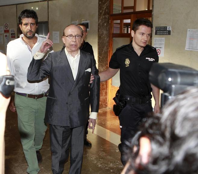 José María Ruiz Mateos acompañado por su hijo, Javier Ruiz-Mateos,...