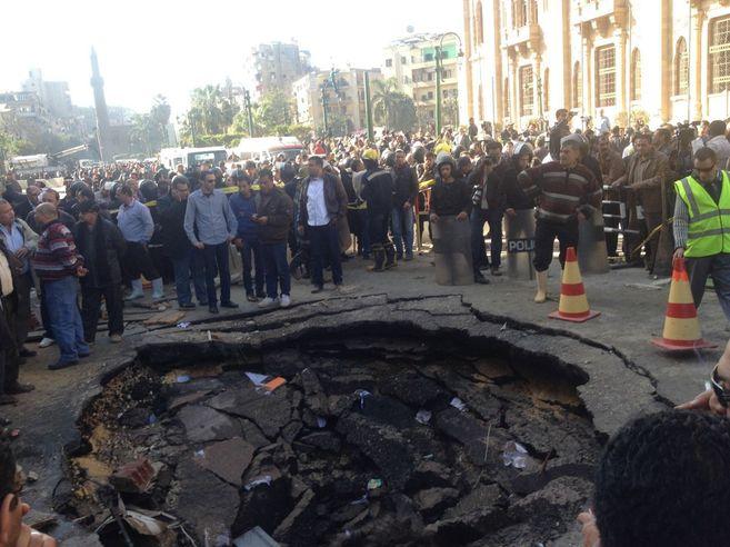 Cráter que ha ocasionado uno de los coches bomba frente al Museo de...
