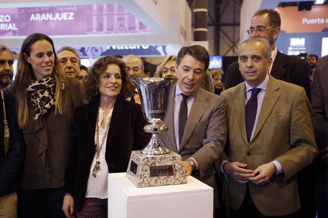 Ana Botella e Ignacio González, junto a Amaya Valdemoro (izda.) y...