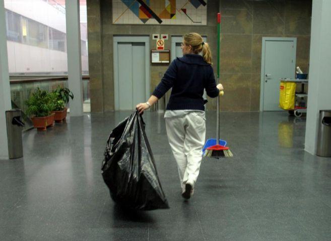 Una limpiadora en la facultad de Química de la Universidad de...
