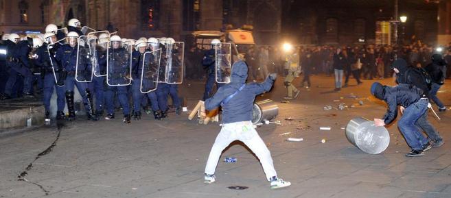 Manifestantes se enfrentan con la policía en contra la celebración...
