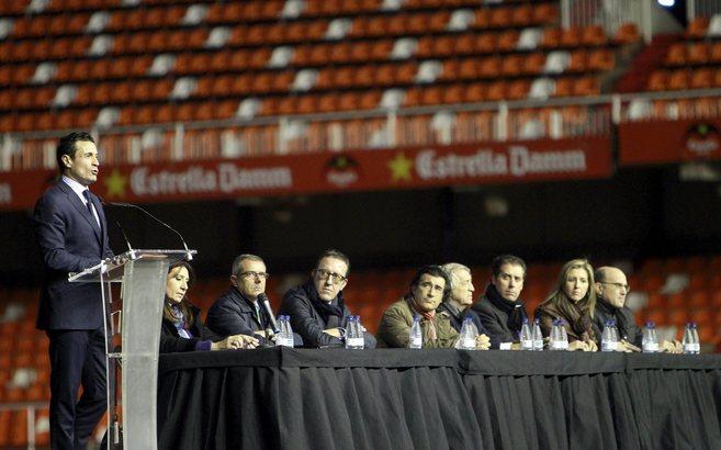 Amadeo Salvo se dirige desde el atril a los aficionados en presencia...