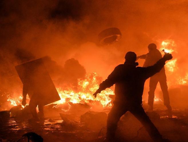 Enfrentamiento entre manifestantes y policías en Kiev