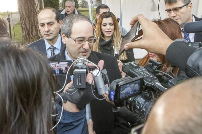 El ministro de Información sirio, Omran al Zoabi, habla con la prensa...