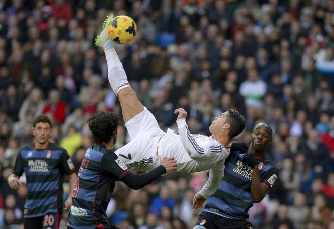 Cristiano Ronaldo remata de chilena frente al Granada.