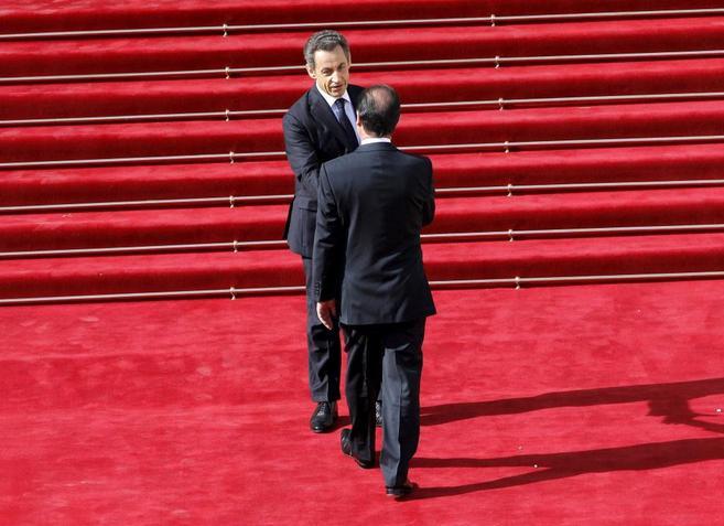 Hollande saluda a Sarkozy en la puerta del Palacio del Elíseo en...