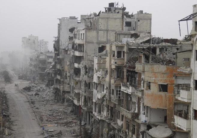 Una calle de la devastada por los bombardeos de la ciudad de Homs,...