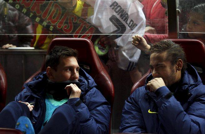 Messi y Neymar conversan en el banquillo del Vicente Calderón.