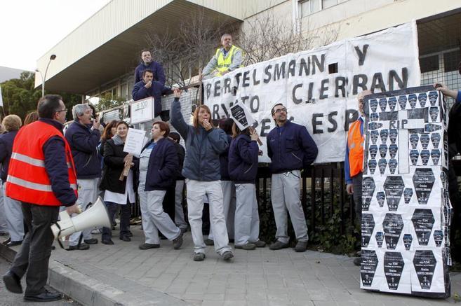 La plantilla de la empresa, protestando contra el cierre de la planta...