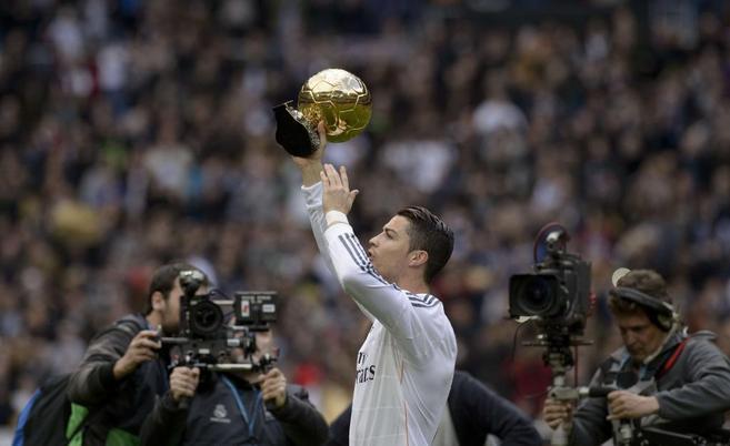 Cristiano ofrece el Balón de Oro a la grada del Bernabéu.