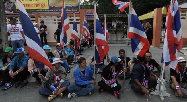 Manifestantes a las puertas de un colegio electoral en Narathiwat, al...