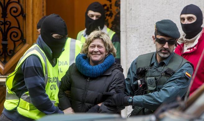 Arantza Zulueta, tras ser detenida por la Guardia Civil en su despacho...