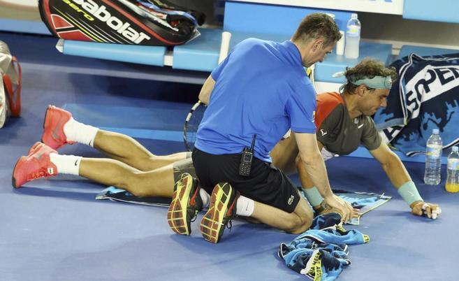 Nadal recibe atención médica durante la final del Open de Australia.