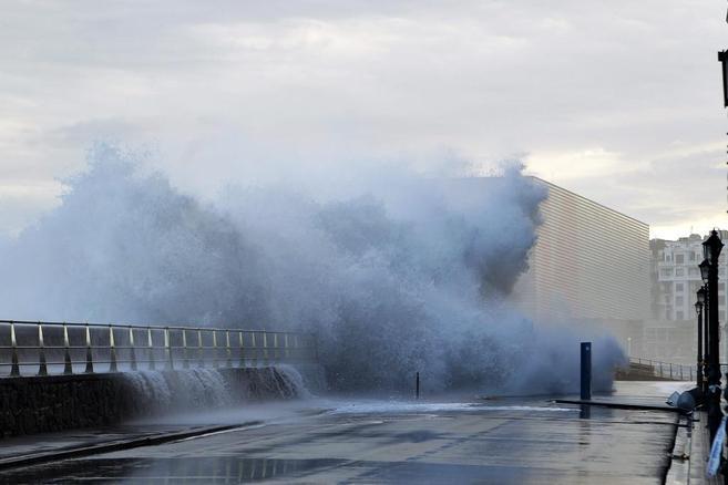 Una gran ola rompe en el paseo de Salamanca de San Sebastián en el...
