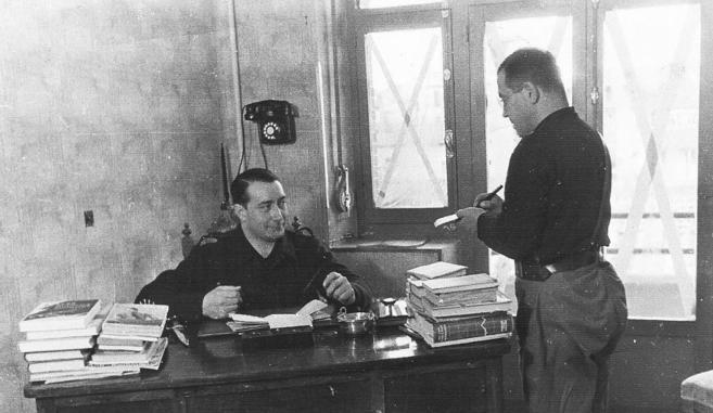 Manuel Hedilla (sentado) y su secretario privado, José Antonio...