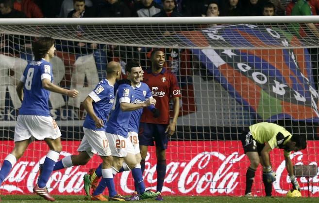 Aduriz celebra uno de los goles a Osasuna.