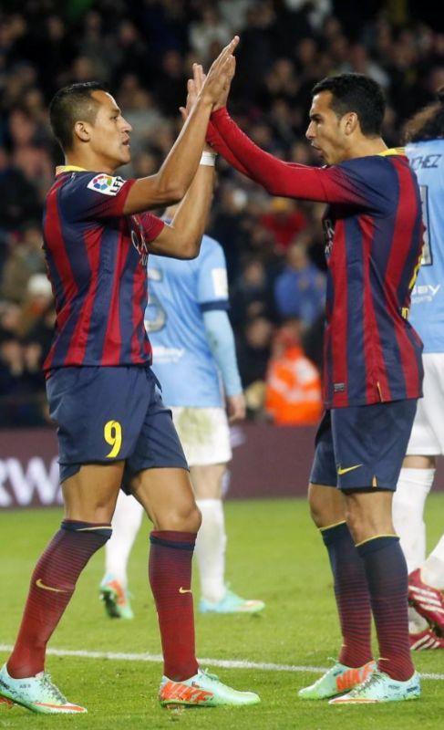 Alexis y Pedro celebran uno de los goles al Málaga.