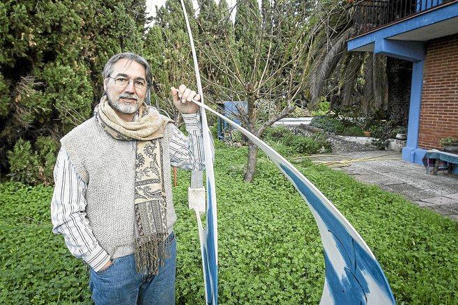 Teo San José, en el jardín de su casa de Dénia, junto a una de sus...