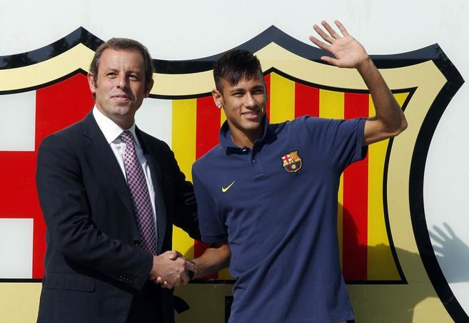 Neymar saluda a Rosell durante su presentación como jugador del...