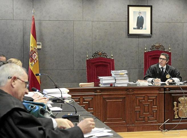 El juez Marcos Bermúdez habla con los letrados que representan a...