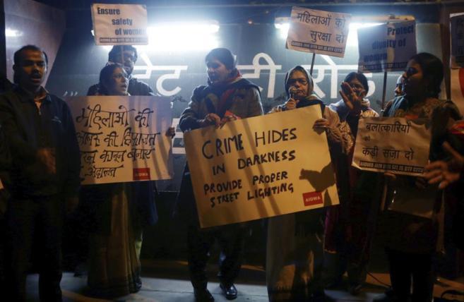 Varias personas se manifiestan en Nueva Delhi para denunciar la...