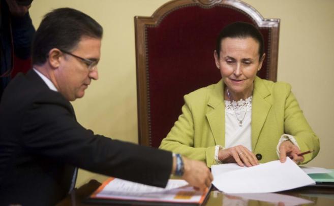 Pilar de la Oliva durante la reunión con Serafín Castellano.