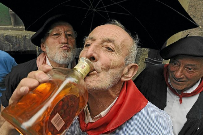 Un hombre bebe pacharán en las fiestas de Vitoria.